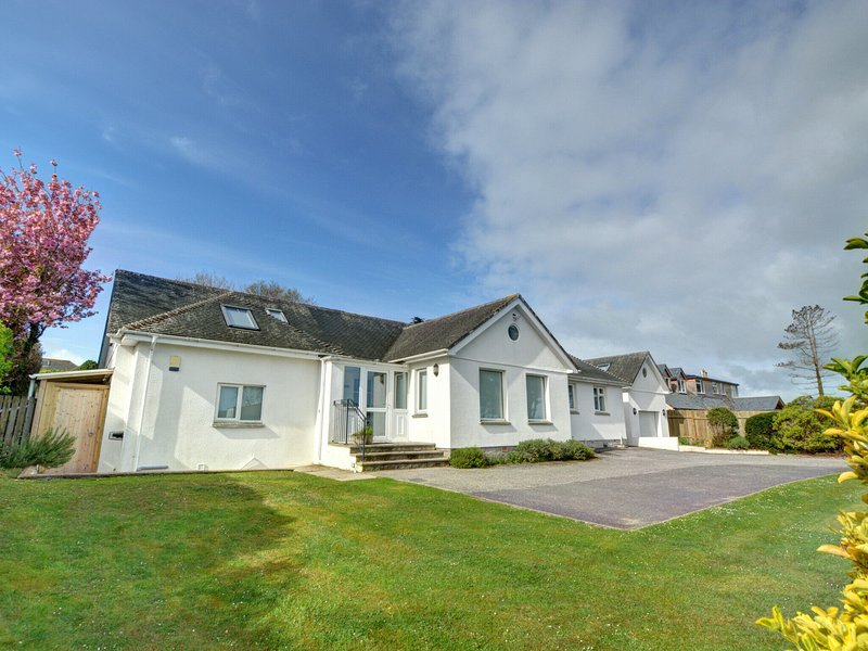 Luxurious,detached holiday home with three bathrooms and parking, vacation rental in Constantine Bay