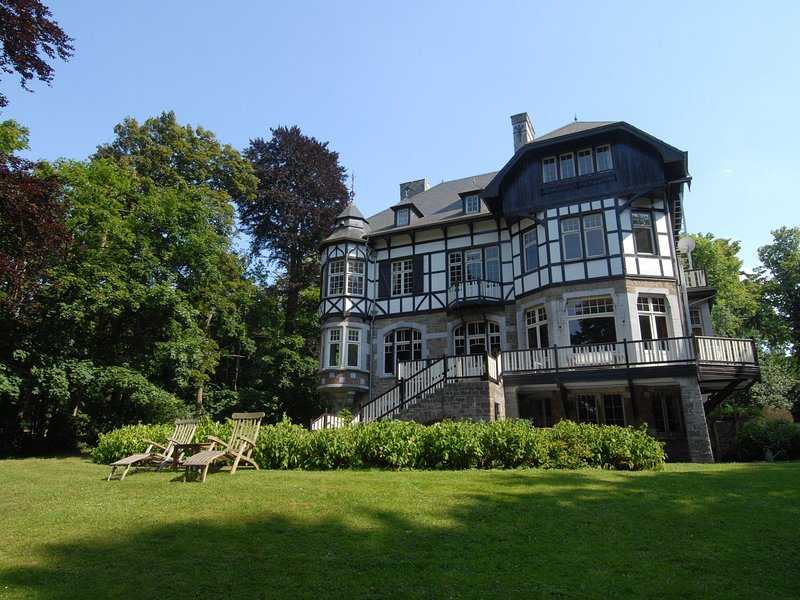 Beautiful castle house in Spa, authenticly decorated and with spacious garden, location de vacances à Francorchamps
