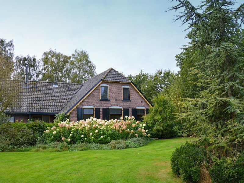 Farm on the Veluwe with eat-in kitchen, guesthouse and 3 bathrooms., holiday rental in Otterlo