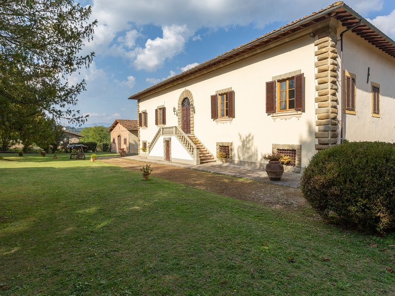 Ancient Medici villa with private pool and views of the hills of Mugello, holiday rental in Vicchio