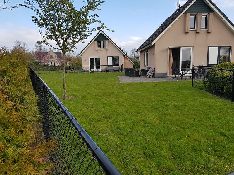 Nice holiday home with sauna and jacuzzi near the Wadden Sea, casa vacanza a Sint Annaparochie