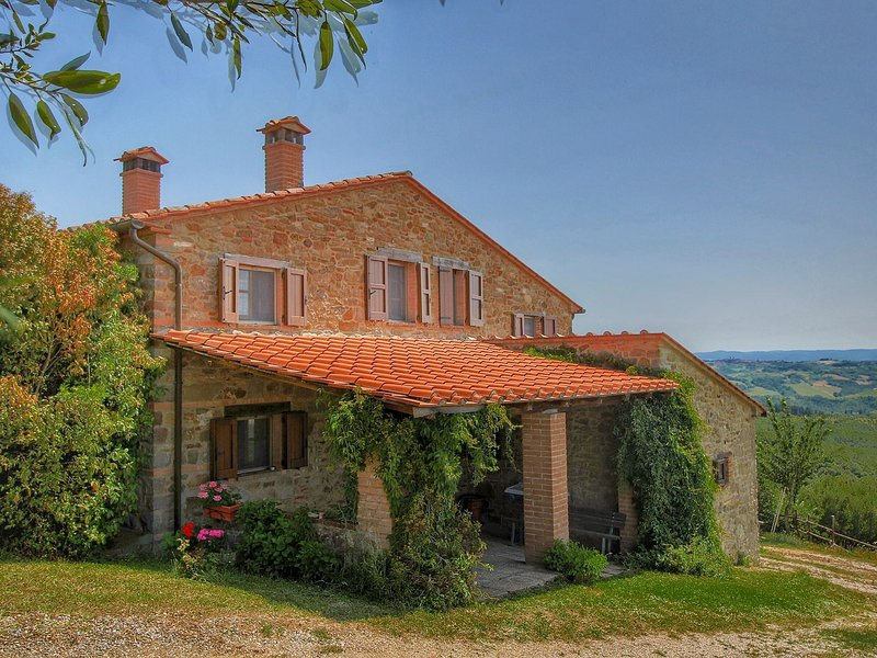 A Quaint Farmhouse in Paciano with  Swimming Pool, holiday rental in Paciano
