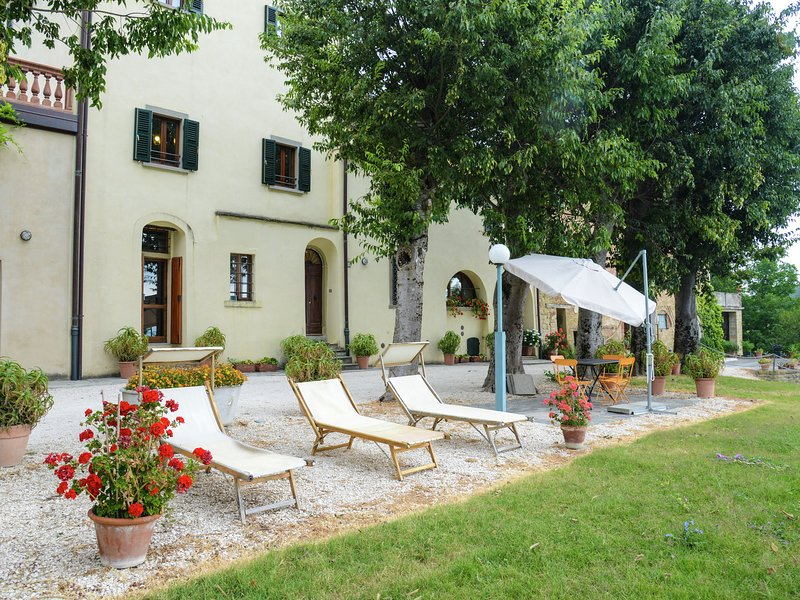House on the property next to an ancient villa with a view of the hills and pool, vacation rental in Tredozio