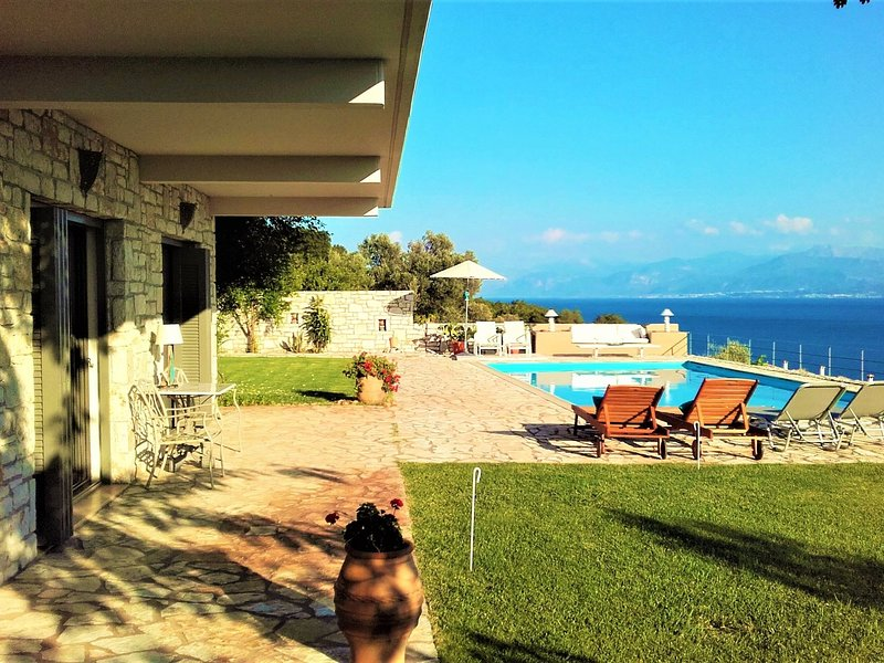 Villa on beautiful location, large pool, by sea and village with little harbour, alquiler vacacional en Phocis Region