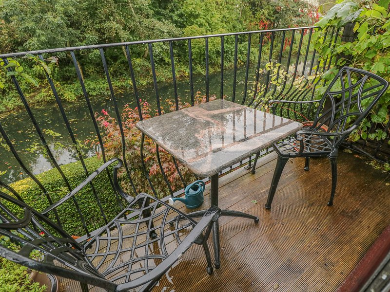 13 BOWBRIDGE LOCK, canalside balcony, Cotswolds AONB, Ref 975028, casa vacanza a Box