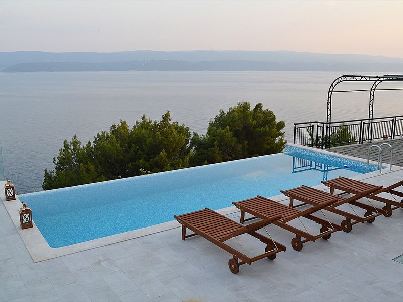 Sea view apartment with a shared pool, location de vacances à Celina
