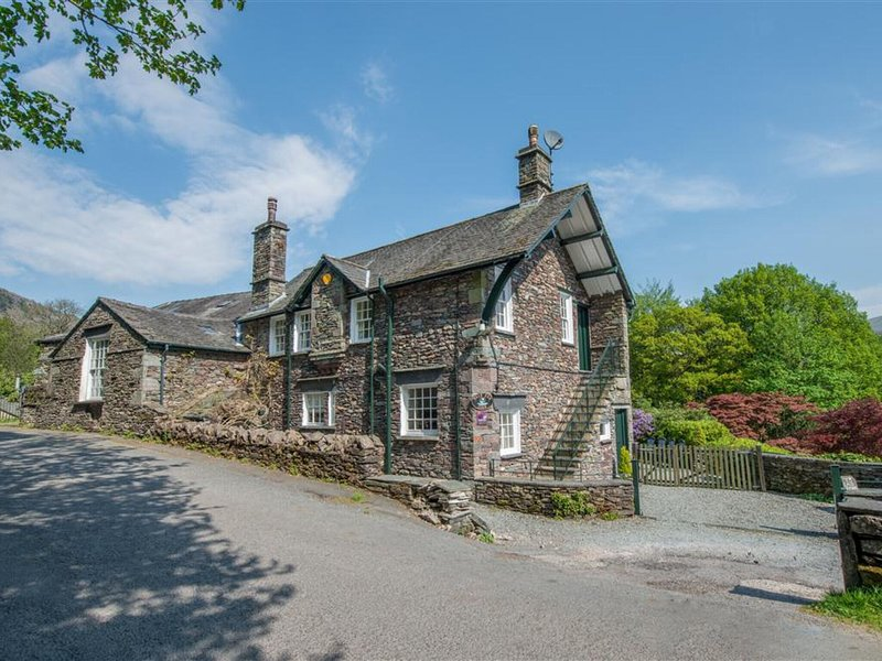 Spacious holiday home on a hill with private parking and an open fireplace, holiday rental in Grasmere