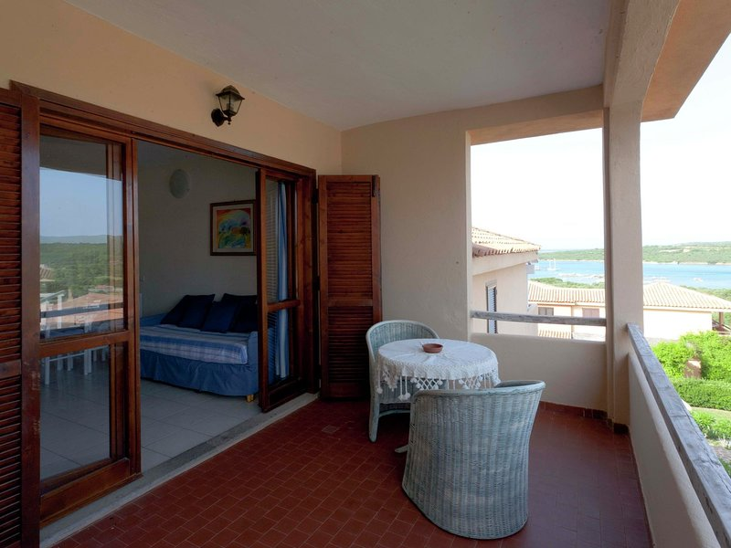 Stylish one bedroom apartment just a few steps from the sea, aluguéis de temporada em Marinella