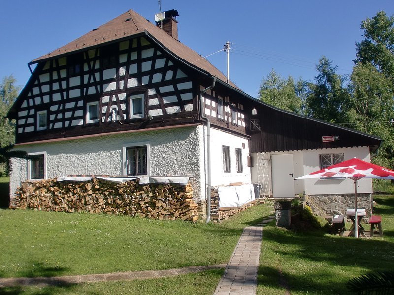 Beautiful country house in romantic and forest rich region, casa vacanza a Kraslice