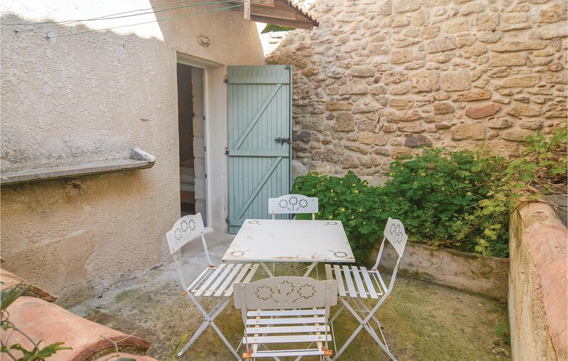 Stunning home in Beaucaire with 2 Bedrooms (FLG109), holiday rental in Vallabregues