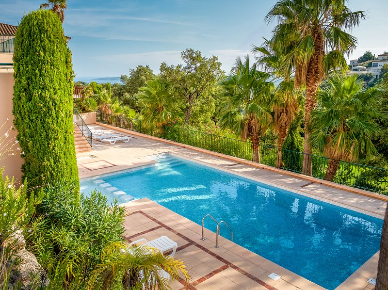 208114 newly built 2-bedroom villa, airco, near golf course, shared pool, holiday rental in Sainte-Maxime