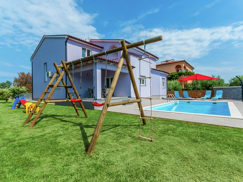 Comfortable villa in Pula with private swimming pool, 4 km from the beach, holiday rental in Skatari