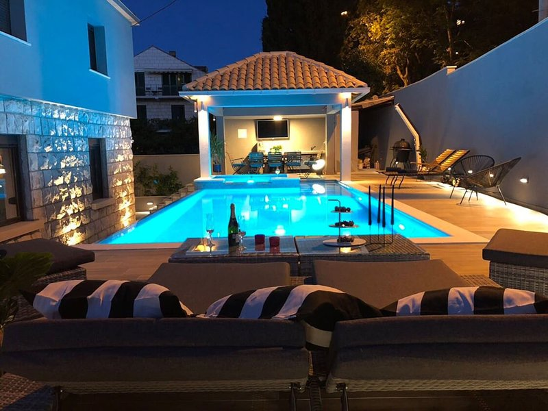 Gorgeous Villa in Dubrovnik with Swimming Pool, vacation rental in Dubrovnik