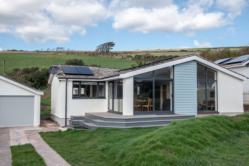 Spacious 3 bed detached bungalow a few steps from Bigbury beach, holiday rental in Burgh Island