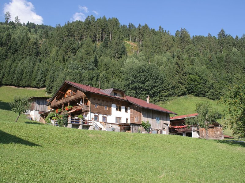 Spacious Holiday Home near Ski Area in Kaltenbach – semesterbostad i Ahrnbach