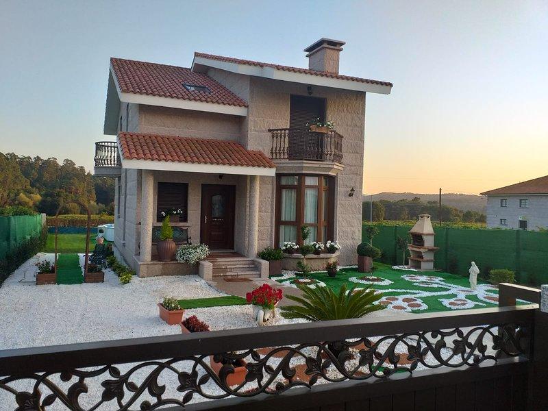 Casa Victoria esta situada en una zona tranquila con vistas a la montaña, alquiler vacacional en A Estrada