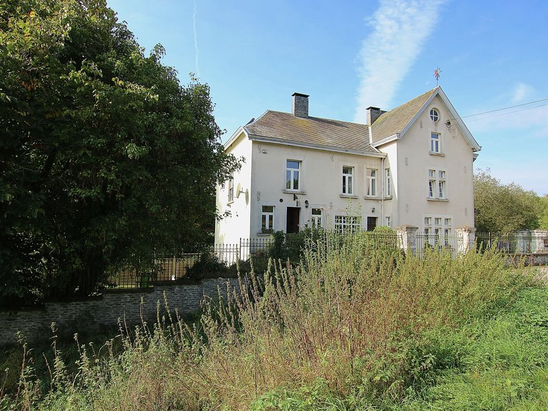 Luxury cottage with fireplace on the Sûre at Bastogne, vacation rental in Martelange
