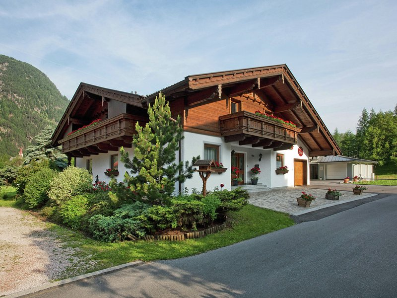 Cozy Apartment near Ski Area in Längenfeld, holiday rental in Oberlangenfeld