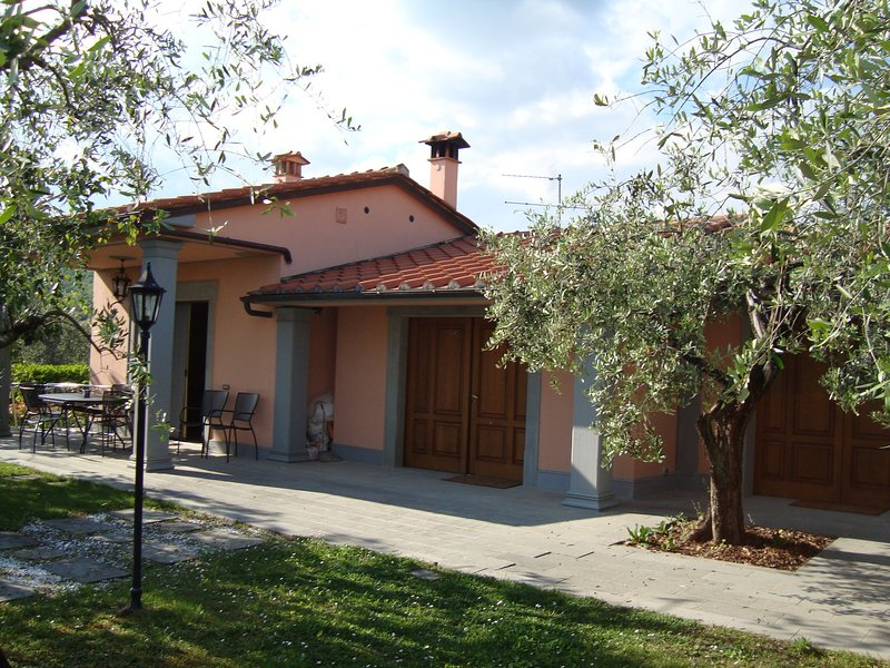 House in the Pistoia countryside with pool and garden, ideal for outdoor lunches, Ferienwohnung in Montale
