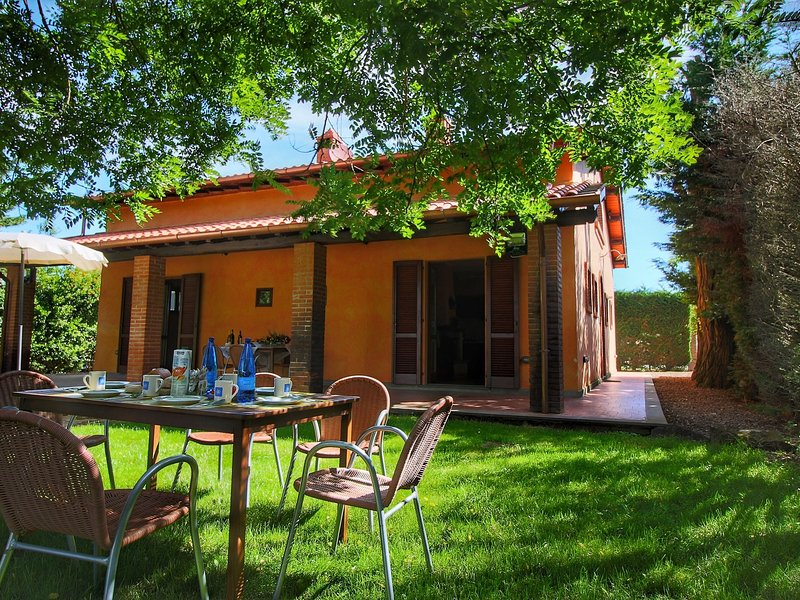 Villa with private pool, between Montepulciano and Trasimeno, holiday rental in Schiavazzolo