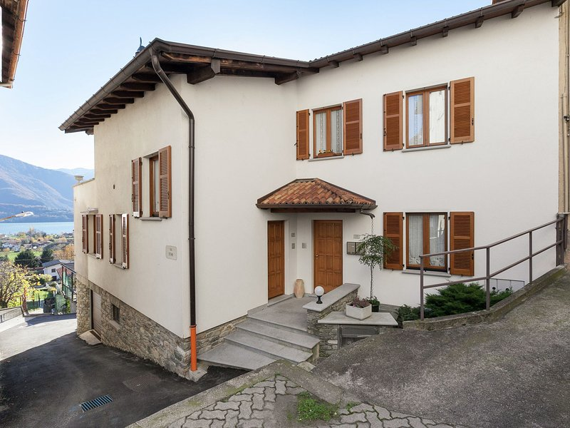 Modern Apartment with Private Garden near Lake in Lombardy, holiday rental in Gravedona ed Uniti