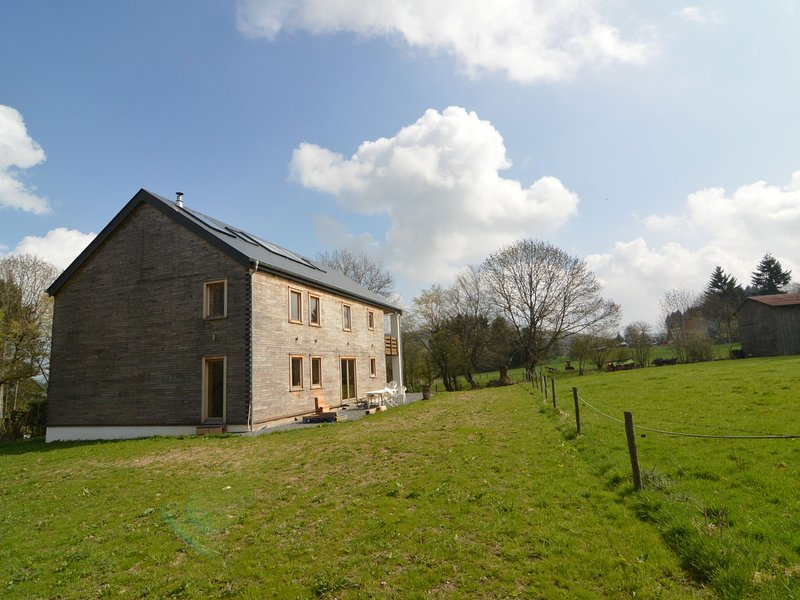 Spacious and sleek eco cottage in the green pastures of the Ardennes, holiday rental in Manhay