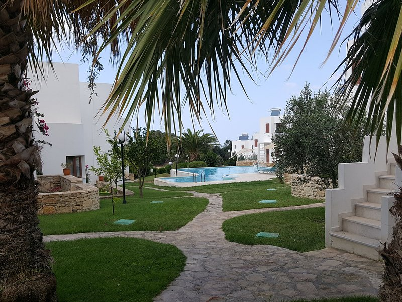 Nice holiday home on complex with a large swimming pool, near Rethymno NW Crete, location de vacances à Maroulas