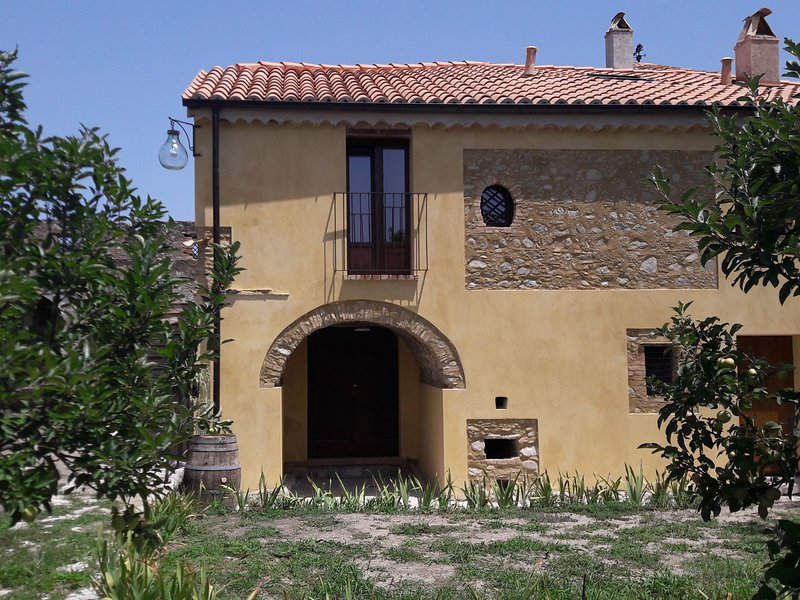 Holiday home on an estate, surrounded by citrus and olive trees, 7 km from the s, holiday rental in Monasterace