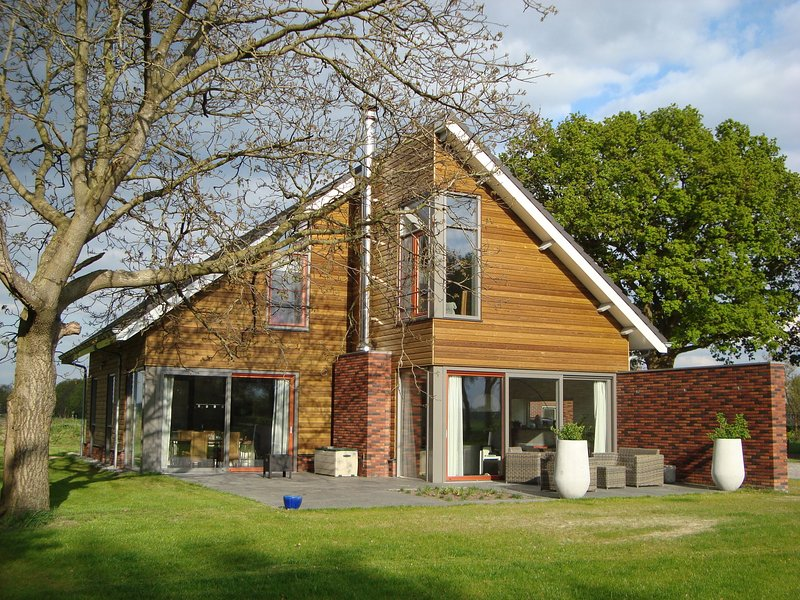 Beautiful detached villa with sauna located near Sallandse Heuvelrug, holiday rental in Heeten