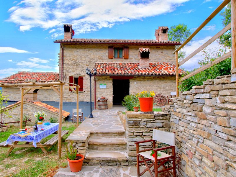 Gorgeous Farmhouse in Marche Italy with Swimming Pool, vacation rental in Piandimeleto