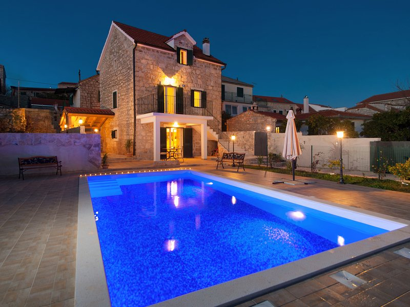 An Enchanting Dalmatian Villa in Grohote, aluguéis de temporada em Grohote