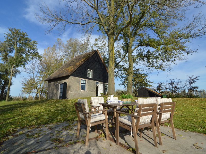 Picturesque, fully detached home surrounded by water and near De Biesbosch, Ferienwohnung in Prinsenbeek
