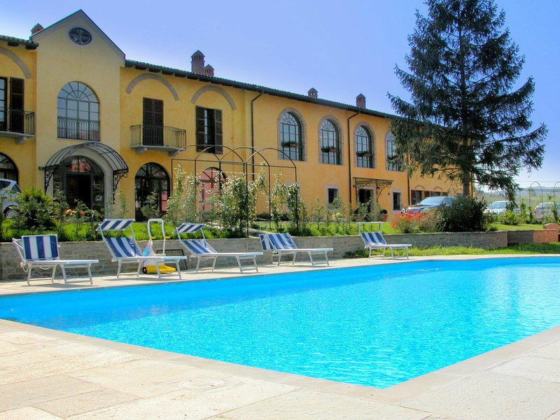 Modern Mansion in Nizza Monferrato with Swimming Pool, holiday rental in Cortiglione