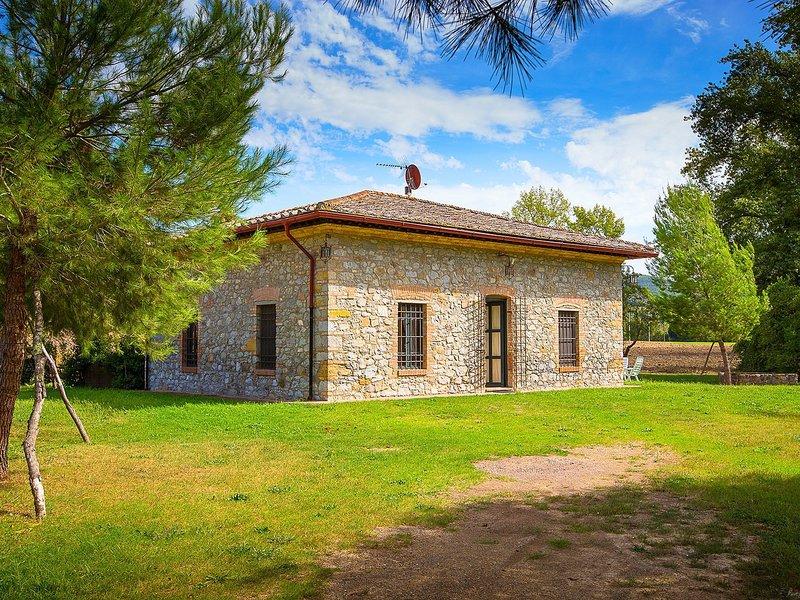 A rustic house set in the Tuscan landscape., location de vacances à Querceto