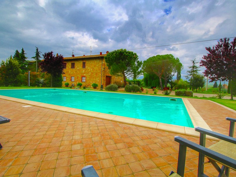 A rustic villa with a stylish décor with private pool, holiday rental in Gallina