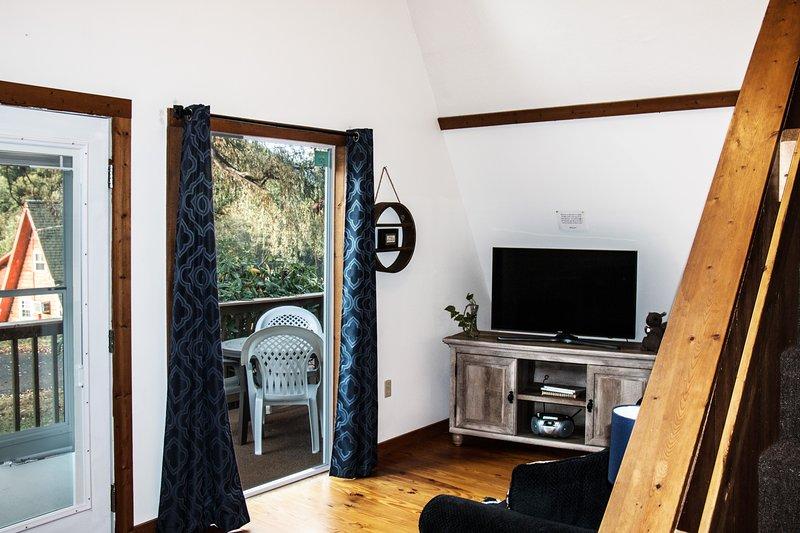 Veja as montanhas através da grande janela de imagens e da porta da frente do painel de vidro!