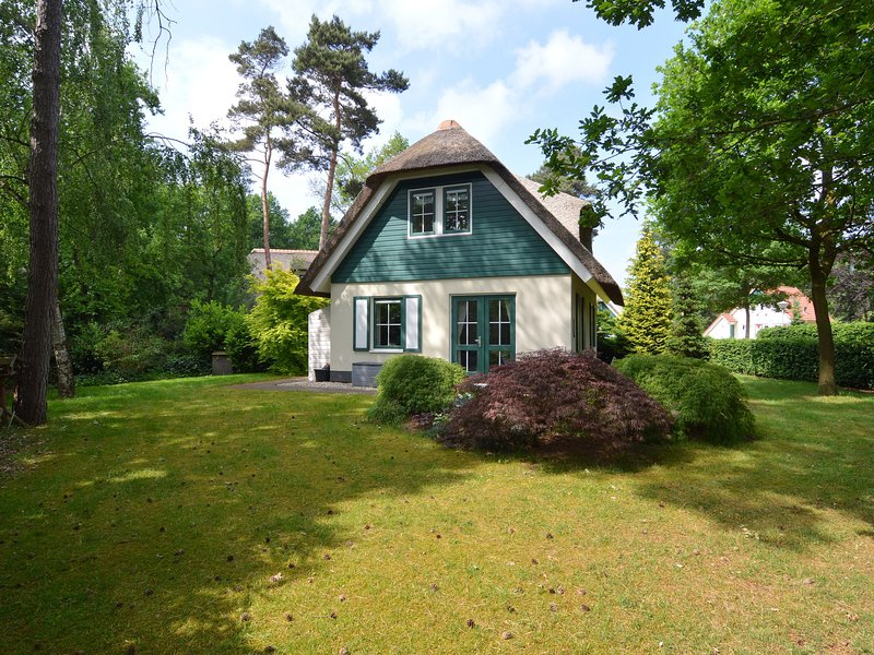 Detached cottage with a thatched roof, large garden, Sallandse Heuvelrug, holiday rental in Olst