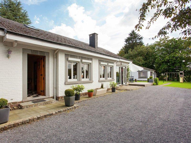 Spacious Holiday Home with Private Garden in Nassogne, aluguéis de temporada em Nassogne