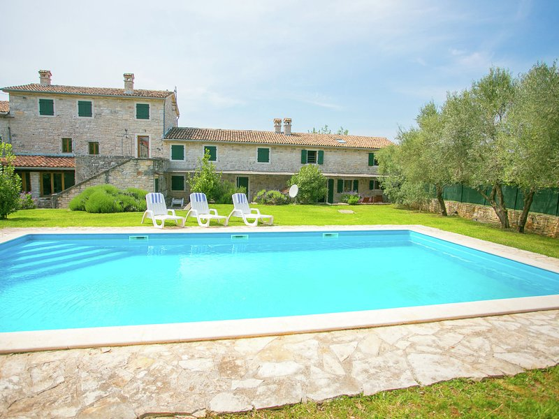 Beautiful holiday Apartment surrounded with a Stone wall with Pool and Garden, aluguéis de temporada em Kruncici