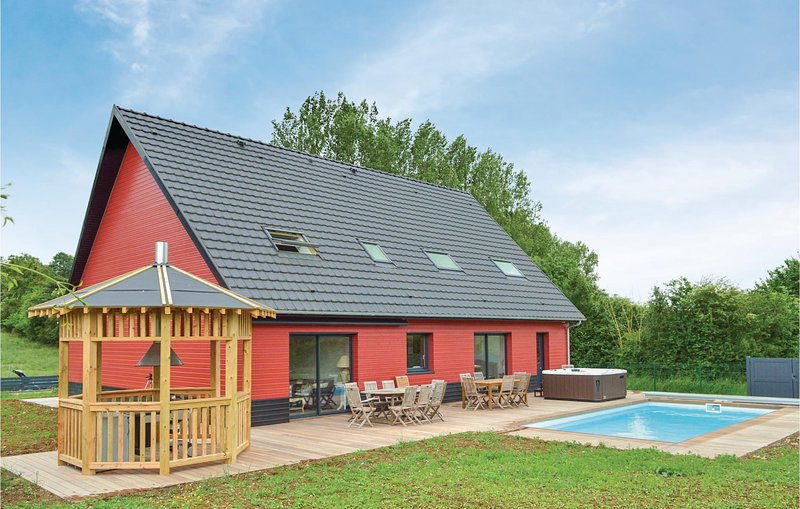 Amazing home in Saint-Denoeux with Jacuzzi, Heated swimming pool and 4 Bedrooms, holiday rental in Buire-le-Sec