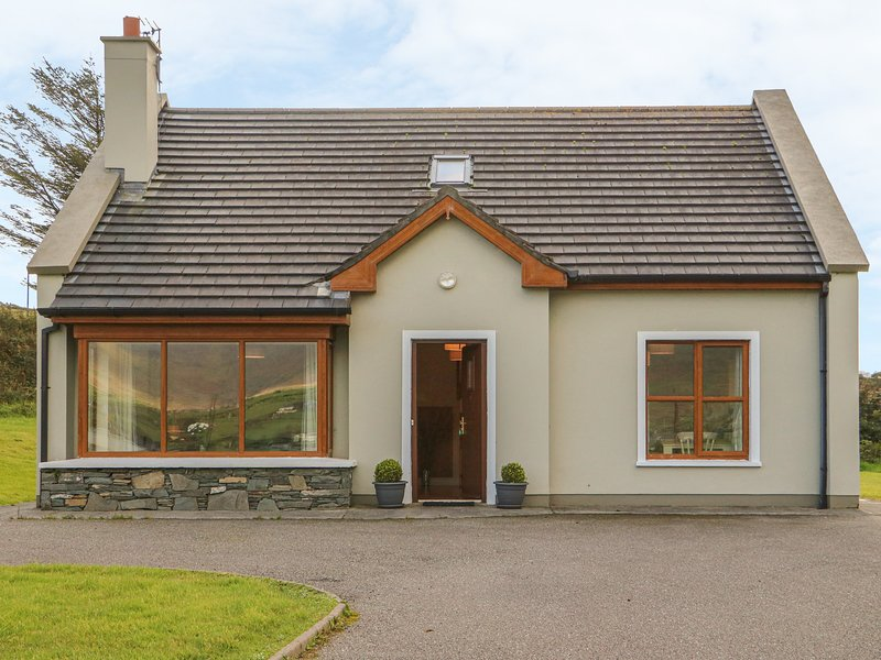 NUMBER 8, family friendly, country holiday cottage, with a garden in Lispole, holiday rental in Cloghane