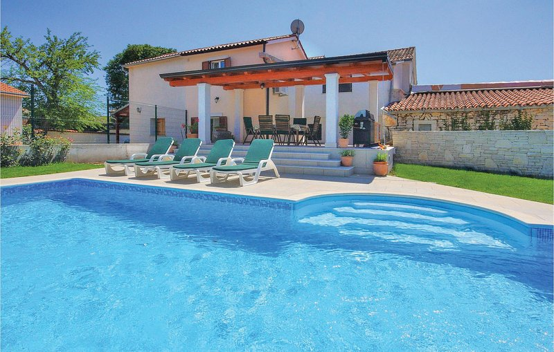 Awesome home in Krnica with WiFi and 2 Bedrooms (CIK470), casa vacanza a Segotici