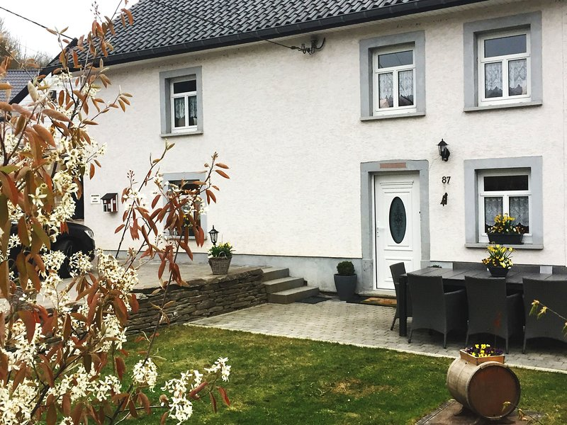 Spacious Holiday Home with Private Garden in Ardennes, holiday rental in Irrhausen