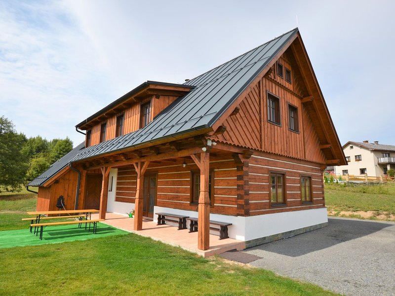 Spacious cottage with 5 bedrooms, woodburning stove, sauna, ski lift only 3 km, holiday rental in Lisny