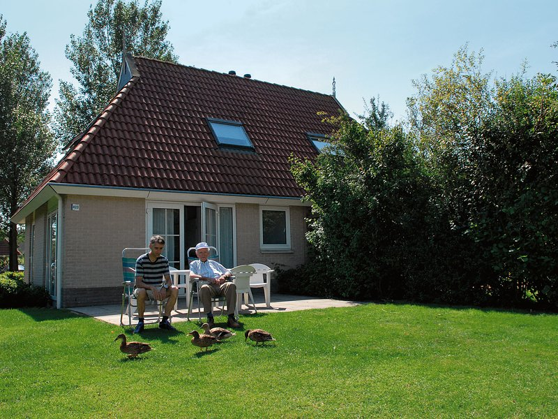 Comfortable bungalow with microwave, in the middle of nature, holiday rental in Earnewald