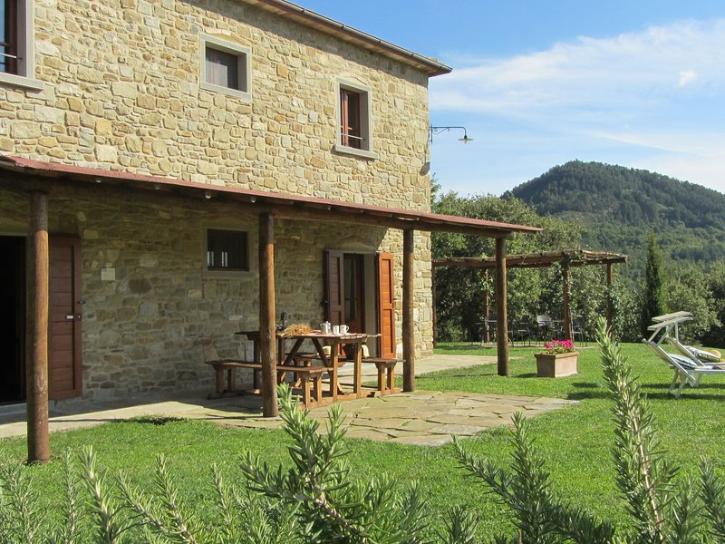 Beautiful accommodation in elegant farmhouse with pool and breathtaking views, holiday rental in Chiaveretto