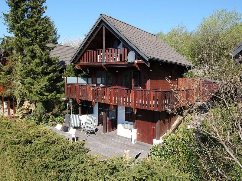 Beautiful chalet on a camping, with different terraces and a beautiful view, location de vacances à Freineux