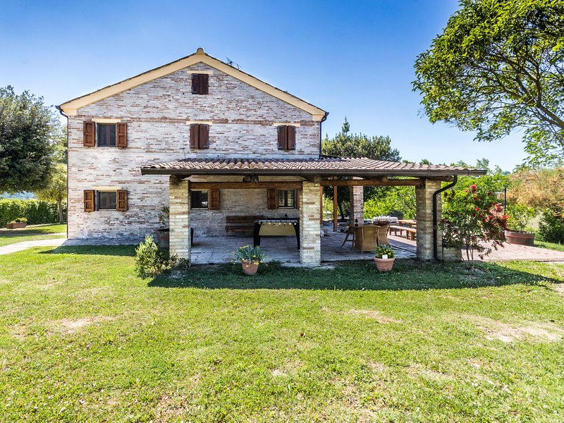 Spacious Villa in Fermo with Swimming Pool, vacation rental in Monte Giberto