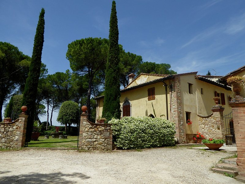 Peaceful Apartment in San Gimignano Tuscany with Pool, holiday rental in Montecchio