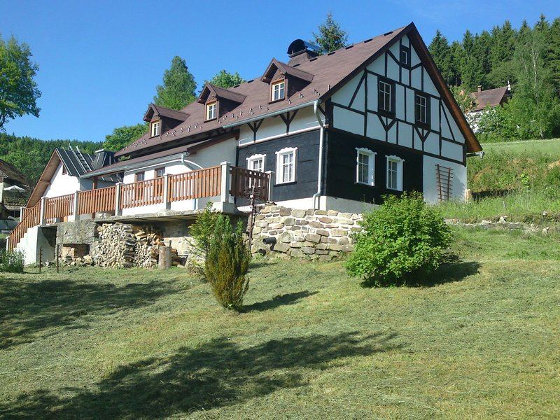 Peacefully located house with views of the valley, location de vacances à Eibenstock